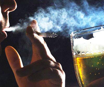 vida-mundana-hombre-fumando-bebiendo-cerveza